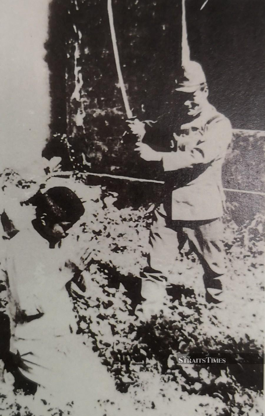 Malayans suspected of being British spies were executed by the Japanese soldiers.