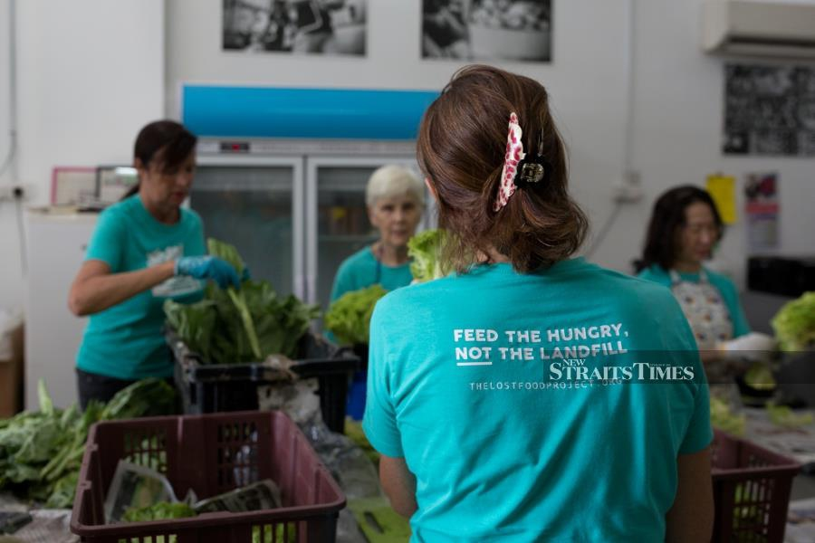 TLFP mobilises volunteers to gather perfectly edible produce from local retailers.