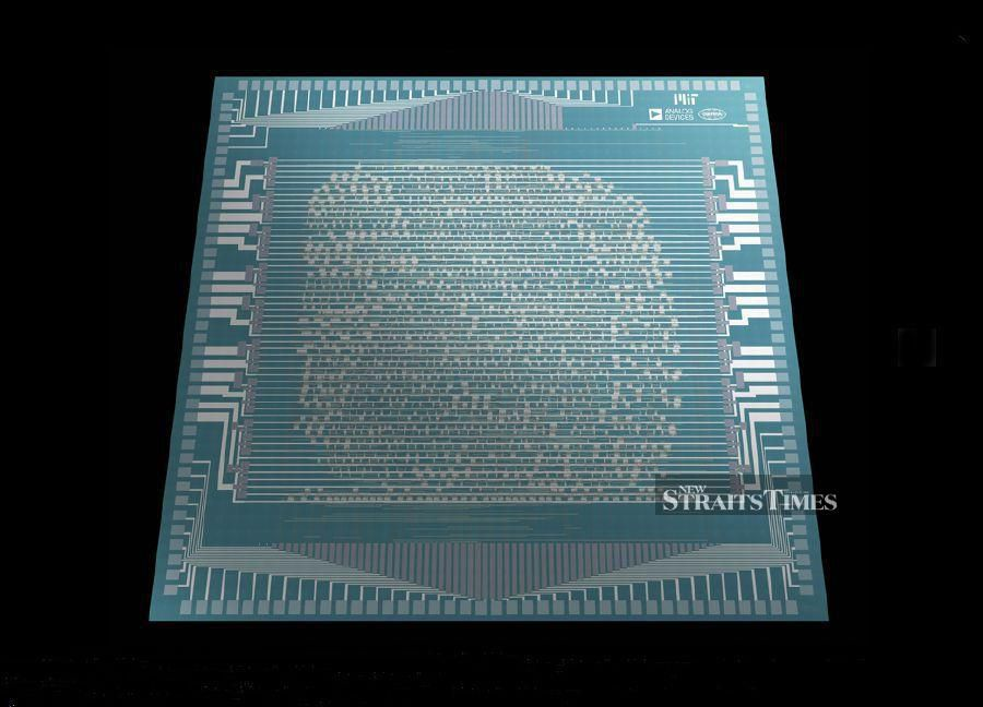 MIT researchers have built a microprocessor from CNTs.