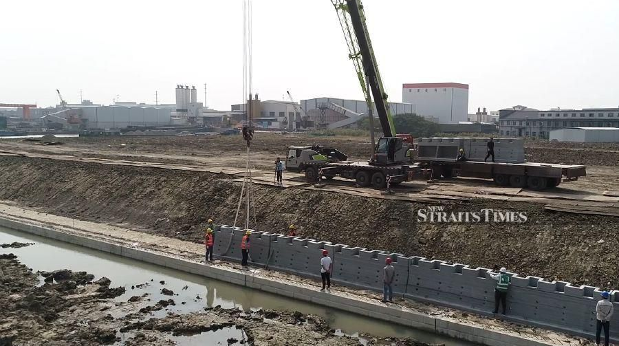 3D printing allows for very quick construction of a wall that follows the natural contour of the riverbanks.