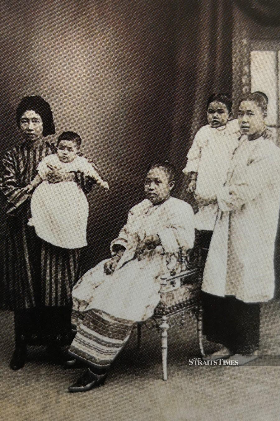 Early 20th century photograph showing Malay women dressed in baju kurung.