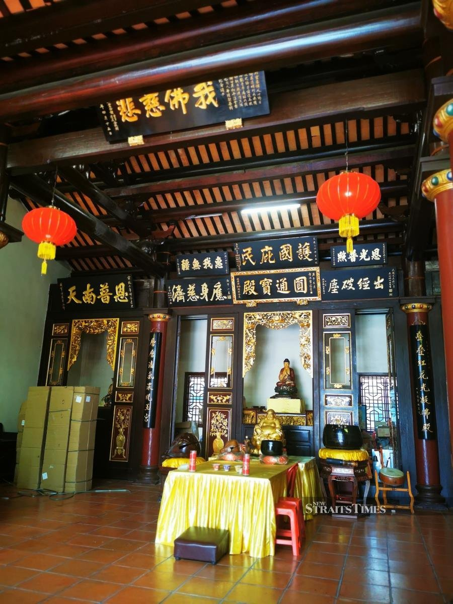 The main Kwan Yin deity had been moved to the newer building, leaving behind the two Buddhas in the older pavilion.