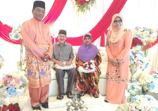 Muda Mohd, 83 (seated, left) and his bride Saudah Mohd Amin, 68 (seated, right) were among 80 from Pengkalan Berangan state assembly were hosted to a 'walimah perdana' reception by the Terengganu Family Development Foundation in Bukit Parit, Marang, recently.