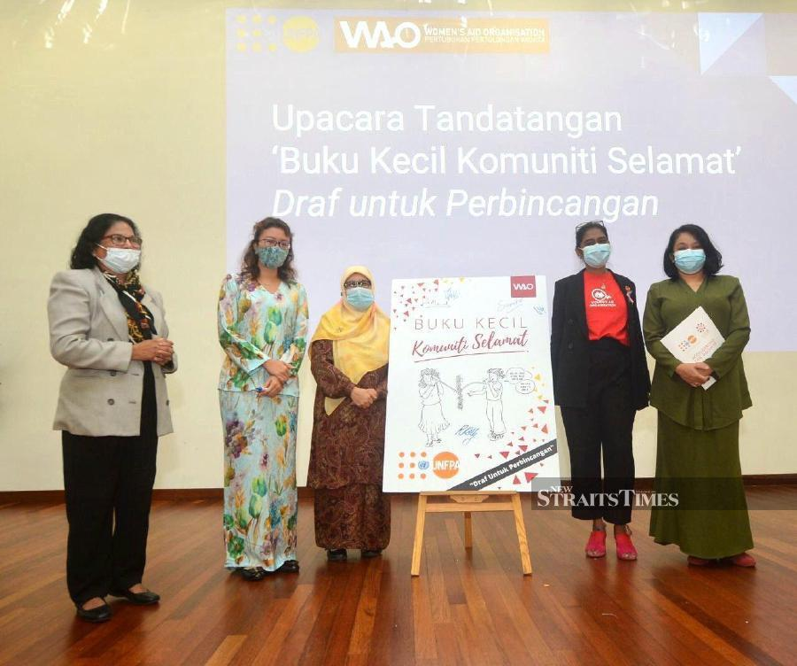Selangor Health, Welfare, Women Empowerment and Family executive councillor Dr Siti Mariah Mahmud (third from left) said the public and various agencies must play their roles to address the problem of domestic violence. -  NSTP/KHAIRUL AZHAR AHMAD.