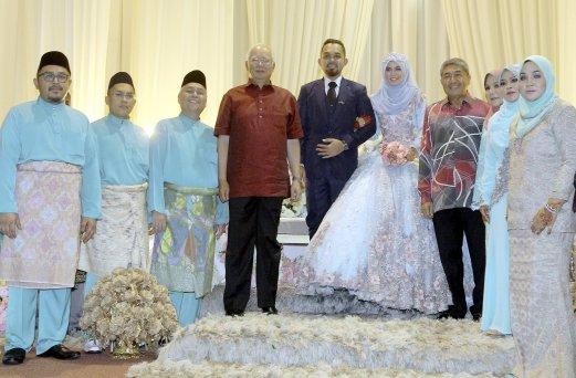 Najib breaks from work schedule, attends wedding reception | New ...