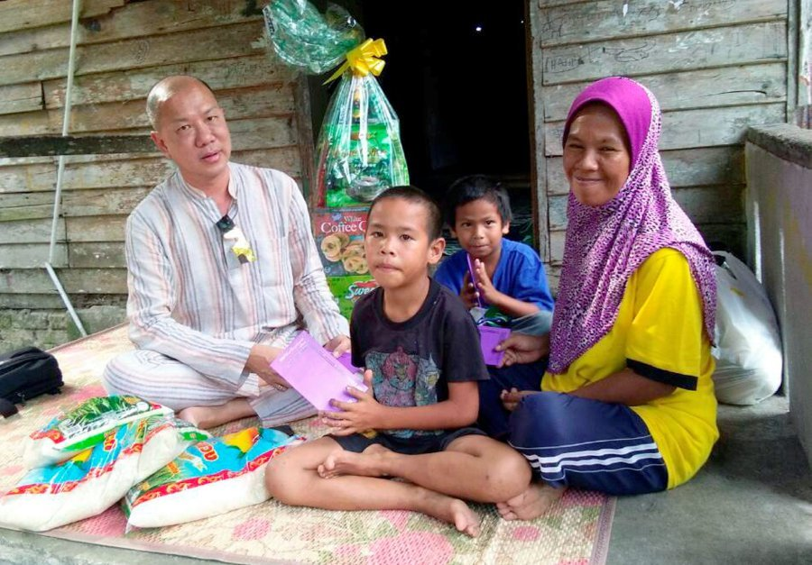 Businessman Brings Cheer To Single Mother Of Five With Raya Surprise