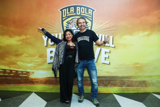Zee Avi poses for a photo with director Chiu Keng Guan in front of OlaBola movie logo